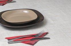 Eettafel met bestek en schotels Stock Foto