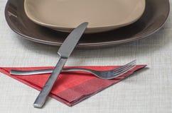 Eettafel met bestek en schotels Stock Foto's