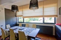 Eettafel met gordijnen Stock Fotografie