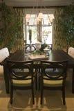 Eettafel met luxedecor. Stock Afbeeldingen