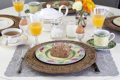 Eettafel met ontbijt Stock Foto