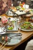 Eettafel met voedsel, rechtop Een restaurant stock foto