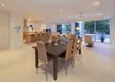 Eettafel in modern huis royalty-vrije stock afbeeldingen