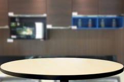 Eettafel op vage bruine keuken binnenlandse achtergrond Royalty-vrije Stock Foto