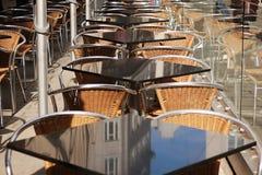 Eettafels en stoelen in een straatkoffie Stock Foto