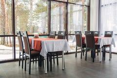 Eettafels en stoelen in het restaurant Licht binnenland Royalty-vrije Stock Fotografie