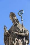 18 eeuw Barok standbeeld van Bischop St Stanislaus, Kerk op Skalka, Krakau, Polen Royalty-vrije Stock Foto