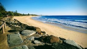 Eeuwigdurend strand gebaad in licht stock foto