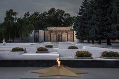 Eeuwige die vlam op het oorlogsgedenkteken wordt opgericht om de burgeroorlog van Transnitria van 1990-1992 en de militairen te h stock fotografie