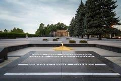 Eeuwige die vlam op het oorlogsgedenkteken wordt opgericht om de burgeroorlog van Transnitria van 1990-1992 en de militairen te h stock foto's