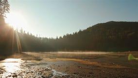 Eeuwige harmonie tussen mens en aard Mooi schilderachtig Synevir-meer op prachtige zonsondergang adembenemend stock footage