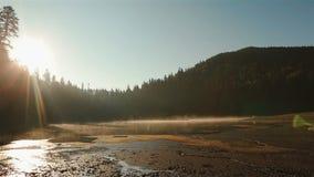 Eeuwige harmonie tussen mens en aard Mooi schilderachtig Synevir-meer op prachtige zonsondergang adembenemend stock video