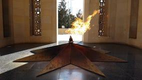 Eeuwige vlam in Baku, Azerbeidzjan met langzame motie stock videobeelden