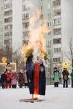 Efígie de queimadura Maslency Neve do inverno Nós estamos vendo o inverno, nós encontramos a mola fotografia de stock