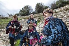 Efe är modig, krigaren och den manlig och dansarepersonen för revoltör, i västra turkisk kultur På den Torbali Ozbey byfestivalen royaltyfri foto
