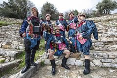 Efe är modig, krigaren och den manlig och dansarepersonen för revoltör, i västra turkisk kultur På den Torbali Ozbey byfestivalen royaltyfri bild