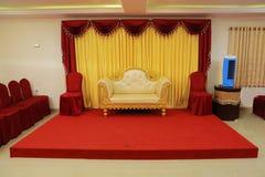 efectúe las decoraciones con la tela Sofa Over Red Carpet de los temas del diseño interior también fotos de archivo