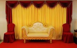 efectúe las decoraciones con la tela Sofa Over Red Carpet de los temas del diseño interior también imagen de archivo libre de regalías