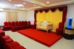 efectúe las decoraciones con la tela Sofa Over Red Carpet de los temas del diseño interior también en el auditorio vacío fotos de archivo