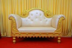 efectúe las decoraciones con temas del diseño interior, tela Sofa Over Red Carpet imágenes de archivo libres de regalías