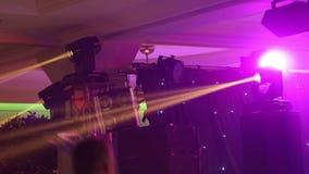 Efectúe las luces en el concierto con niebla, luces de la etapa en una consola, encendiendo la etapa del concierto, concierto del almacen de video