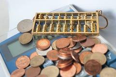 Efectivo de la cuenta de la moneda de la calculadora Imagen de archivo