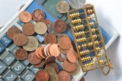 Efectivo de la cuenta de la moneda de la calculadora Fotos de archivo libres de regalías
