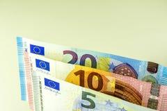 Efectivo de la unión europea Billetes de banco en 5, 10, 20 euros contra un fondo ligero Imagen de archivo