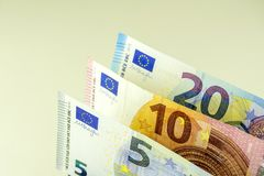 Efectivo de la unión europea Billetes de banco en 5, 10, 20 euros contra un fondo ligero Foto de archivo libre de regalías
