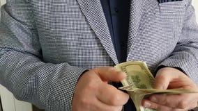 Efectivo del dinero de la cuenta de las manos del ` s del hombre almacen de video