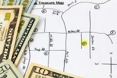 Efectivo del dinero del mapa de la caza del tesoro Foto de archivo libre de regalías