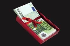 efectivo del euro 100 para el presente aislado foto de archivo libre de regalías
