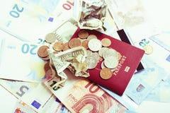 Efectivo en la tabla aislada: dólares, euro, dinero roto rubl Todos adentro imagenes de archivo