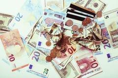 Efectivo en la tabla aislada: dólares, euro, dinero roto rubl Todos adentro fotos de archivo libres de regalías
