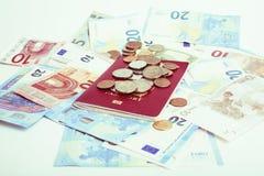 Efectivo en la tabla aislada: dólares, euro, dinero roto rubl Todos adentro imagen de archivo