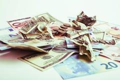 Efectivo en la tabla aislada: dólares, euro, dinero roto rubl Todos adentro fotografía de archivo