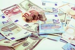 Efectivo en la tabla aislada: dólares, euro, dinero roto rubl Todos adentro imagen de archivo libre de regalías
