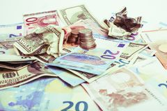 Efectivo en la tabla aislada: dólares, euro, dinero roto rubl Todos adentro fotografía de archivo libre de regalías
