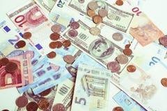 Efectivo en la tabla: dólares, euro, dinero roto rubl Todos adentro imagenes de archivo