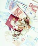 Efectivo en la tabla: dólares, euro, dinero roto rubl Todos adentro fotos de archivo