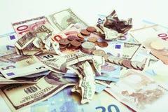 Efectivo en la tabla: dólares, euro, dinero roto rubl Todos adentro foto de archivo