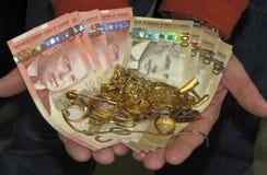 Efectivo para su oro del pedazo Imagen de archivo libre de regalías