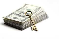 Efectivo y llave para la riqueza y las riquezas Fotografía de archivo libre de regalías