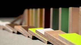 Efecto de dominó, dominós de madera descendentes de los pedazos almacen de metraje de vídeo
