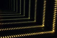 Efecto de túnel abstracto del muelle del espacio de la ciencia ficción futurista con las luces ámbar fotografía de archivo libre de regalías
