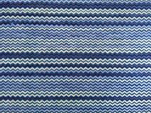 Efecto de una tela del paño, materia textil de la distorsión del zigzag con el modelo púrpura y blanco Imágenes de archivo libres de regalías
