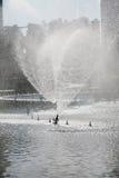 Efecto del agua del espray con el fondo de la ciudad Fotos de archivo