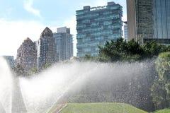 Efecto del agua del espray con el fondo de la ciudad Foto de archivo libre de regalías