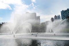 Efecto del agua del espray con el fondo de la ciudad Imagen de archivo