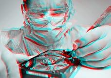 Efecto del anáglifo del disco duro de las reparaciones del técnico del hombre foto de archivo
